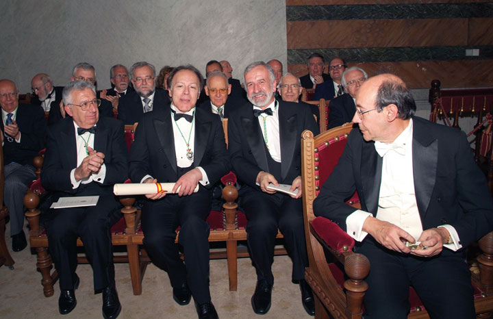 Francisco Rico, a la derecha, respondió el discurso de ingreso de Javier Marías en la Real Academia. © Quim Llenas