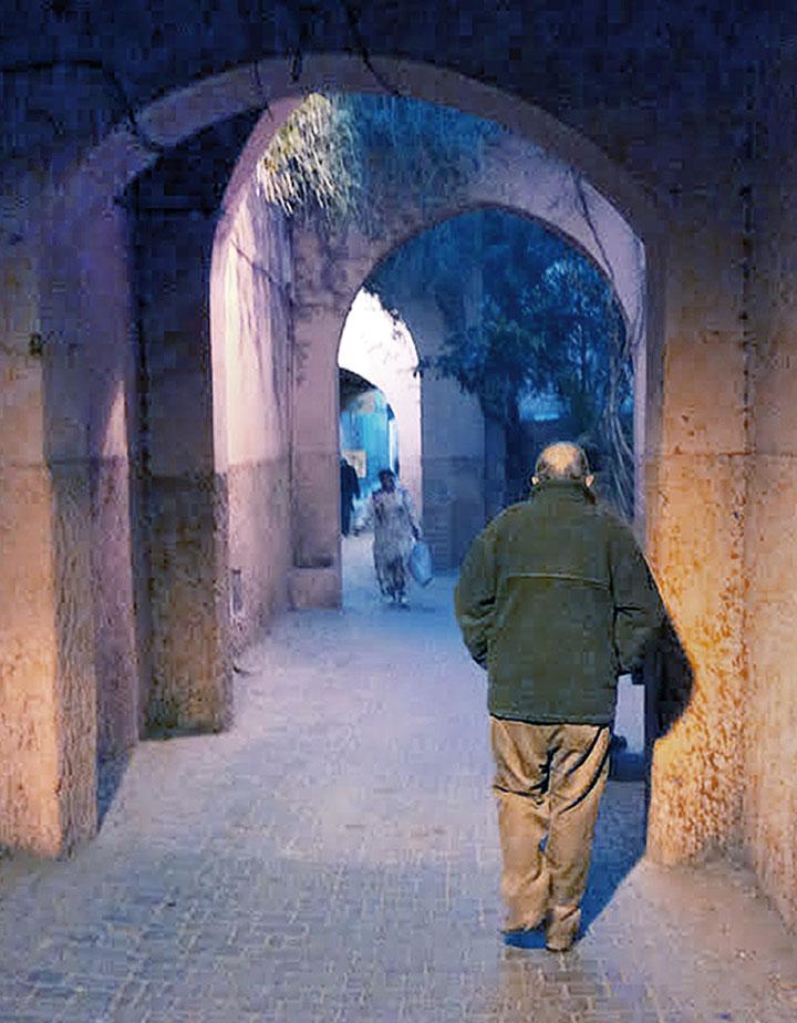 Luis Goytisolo, en la Medina de Marrakech. © Ricardo Martín