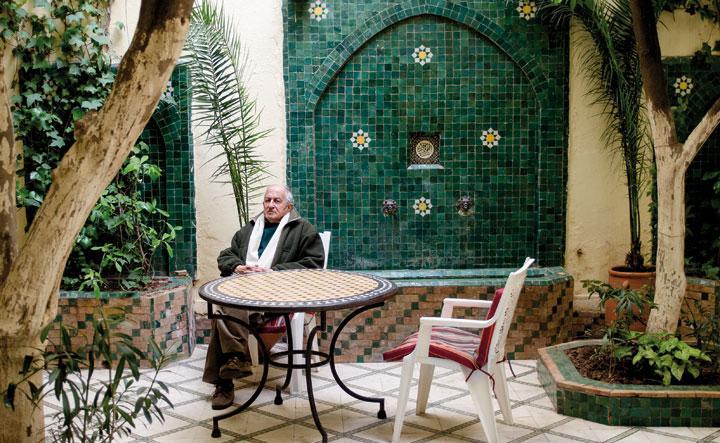 Juan Goytisolo, en el patio de su casa de Marrakech. © Ricardo Martín