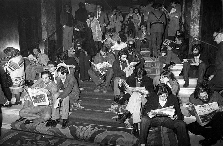 Periodistas leen 'El País' en las escaleras del Hotel Palace, frente al Congreso, en la noche del 23 de febrero de 1981. Foto de Ricardo Martín.