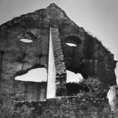 Muro en ruinas. © Herederos de Juan Rulfo
