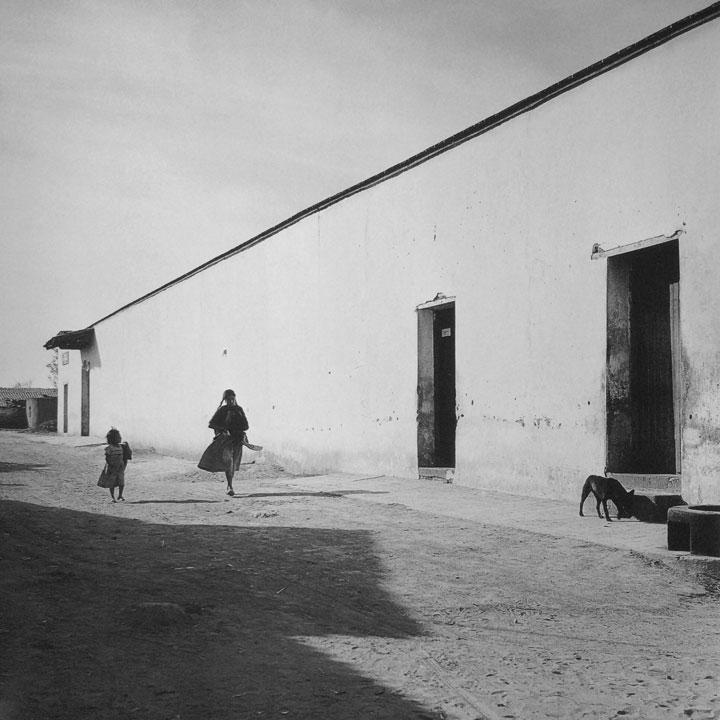 Niña, mujer y calle de Mexicaltzingo, Estado de México, c. 1960. © Herederos de Juan Rulfo