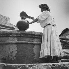 Mujer en la fuente de Tlahuitoltepec, Oaxaca, 1955. © Herederos de Juan Rulfo