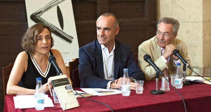Nuria Barrios junto a los miembros del jurado Antonio Muñoz, delegado de Hábitat Urbano, Turismo y Cultura del Ayuntamiento de Sevilla, y Jacobo Cortines