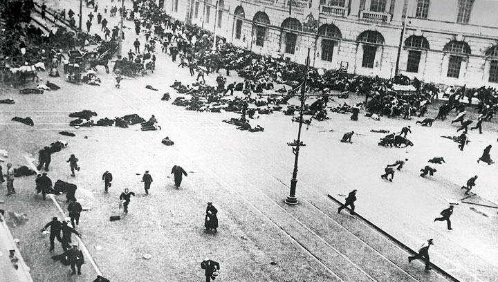 Enfrentamiento en la avenida Nevski de Petrogrado entre manifestantes y fuerzas del gobierno en 1917