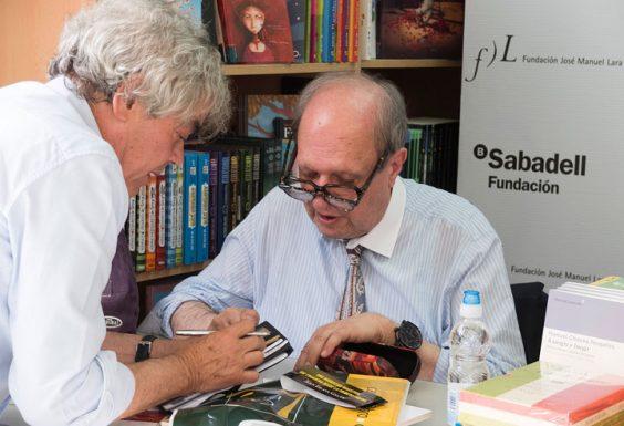 Salvador Compán conversa con Pere Gimferrer. © Luis Serrano