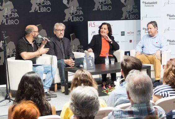 José Sacristán, Carmen Linares y José Luis Ferris intervienen en la mesa redonda, moderada por Alejandro Luque, durante el homenaje a Miguel Hernández. © Luis Serrano