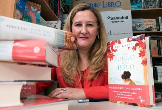 Luz Gabás, en un momento de la firma de ejemplares. © Luis Serrano