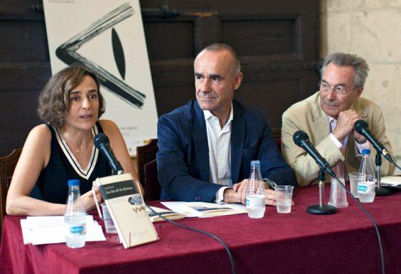 Nuria Barrios junto a Antonio Muñoz, delegado de Hábitat Urbano, Turismo y Cultura del Ayuntamiento de Sevilla, y Jacobo Cortines. © Luis Serrano