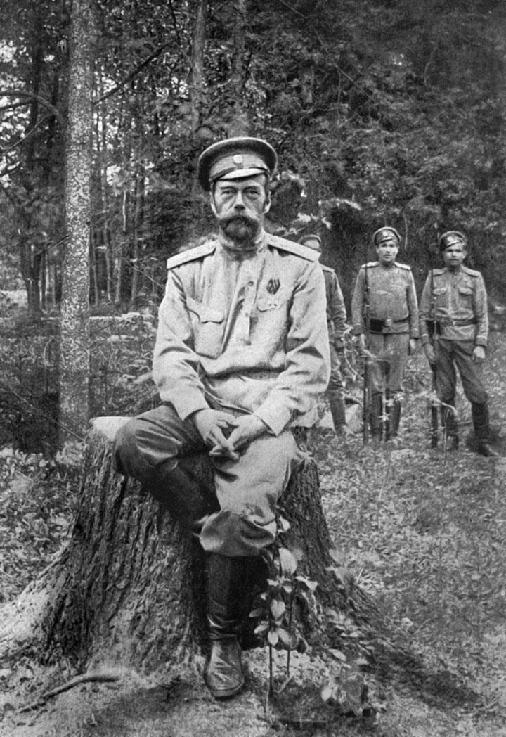 El zar Nicolás II, en su cautiverio en Tsárskoye Seló, en el verano de 1917