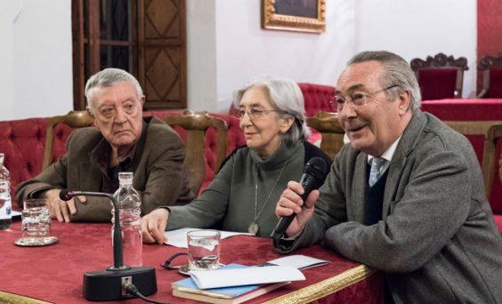 Antonio Martínez Sarrión y Clara Janés durante el diálogo inaugural con Jacobo Cortines