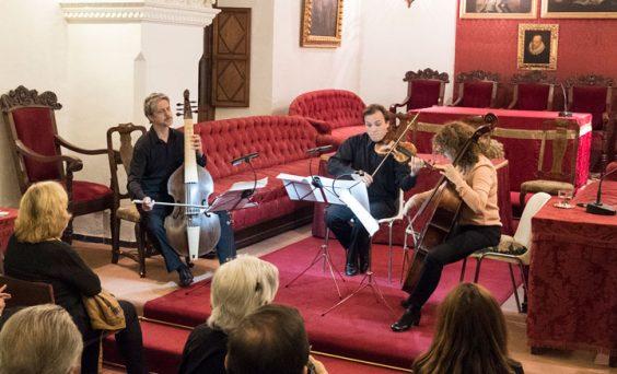 Un momento de la actuación del trío de cámara de la Orquesta Barroca de Sevilla