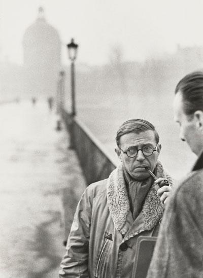 Jean-Paul Sartre, en Le Pont des Arts de París, en una fotografía de 1946. © Henri Cartier-Bresson