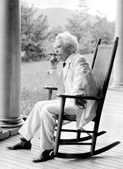 Mark Twain retratado por su biógrafo en Dublin, New Hampshire, en agosto de 1906. © Albert Bigelow Paine