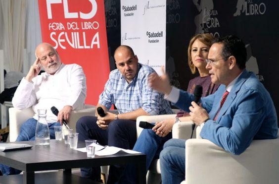 Un momento del coloquio '¿Qué pasa en el mundo?', moderado por Mabel Mata, con Ramón Lobo, Antonio Pampliega y Pedro Baños. © Luis Serrano