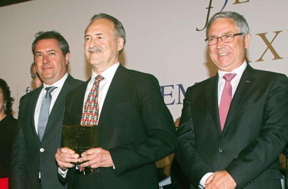 El alcalde Sevilla, Juan Espadas, y el presidente de la Fundación AXA, Jean-Paul Rignault, tras entregar su galardón a Jorge Molist. © Luis Serrano / Juan Carlos Cazalla