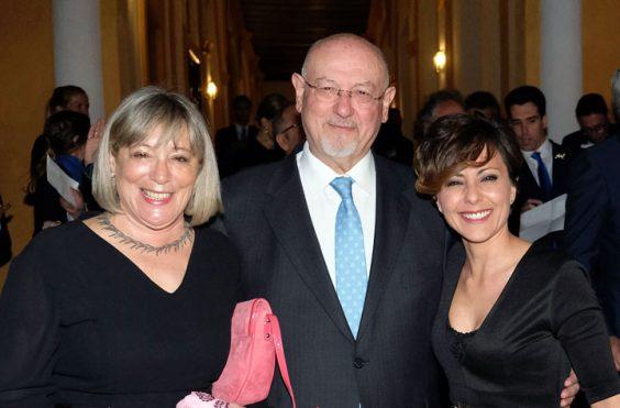 Juan Eslava y su mujer Isabel Castro, con la ganadora del año pasado, Sonsoles Ónega. © Luis Serrano / Juan Carlos Cazalla