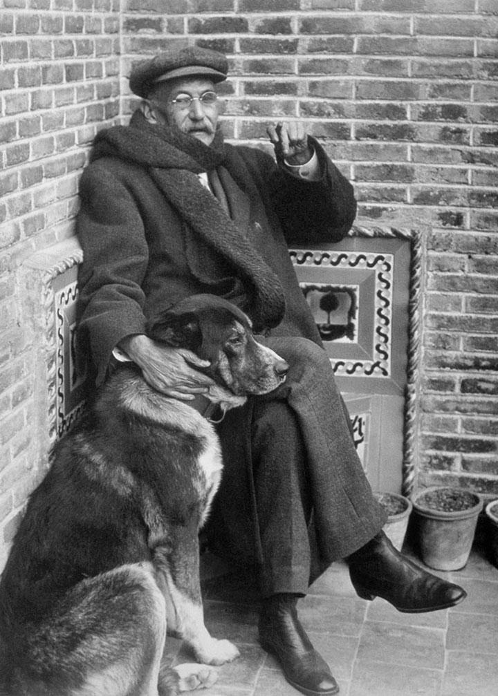 Benito Pérez Galdós retratado por Alfonso en 1915, en el patio de su casa madrileña de la calle Hilarión Eslava