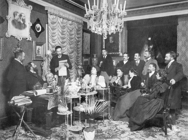 Galdós lee las galeradas de su discurso de ingreso en la Real Academia en los salones del doctor Tolosa Latour, en una fotografía de Christian Franzen de 1897