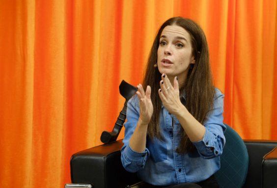 Nuria Gago durante su intervención en CaixaForum Sevilla. © LUIS SERRANO