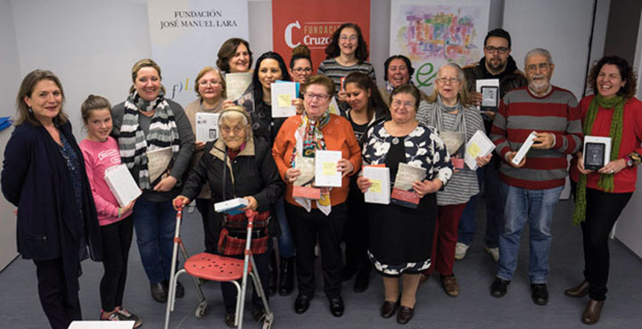 El club de lectura 'Experiencias' se reúne en Las Tres Mil Viviendas de Sevilla.