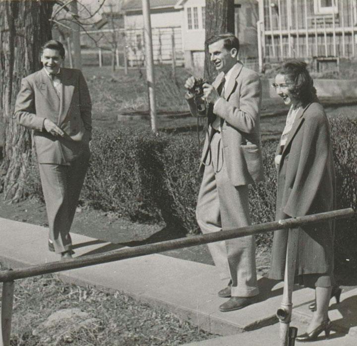 Flannery O'Connor, en su época de alumna del Taller de Escritura de la Universidad de Iowa (1947), junto a Arthur Koestler, a la izquierda, y Robie Macauley.