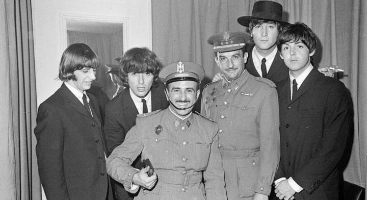 Agentes de la 'policía armada' posan con los Beatles en el camerino de La Monumental de Barcelona. © Pérez de Rozas