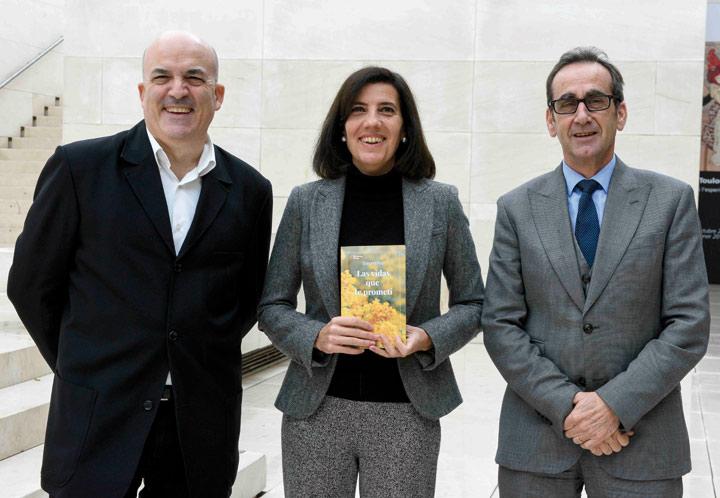 De izquierda a derecha, el director de Plataforma Editorial, Jordi Nadal, la escritora Susana Rizo, ganadora del premio Feel Good, y el director de CaixaForum Barcelona, Valentí Farràs.