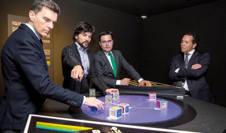 """En el centro de la imagen, Javier Hidalgo, responsable de exposiciones y programas de divulgación de la Fundación """"la Caixa"""", y Moisés Roiz, director de CaixaForum Sevilla, en la presentación de la muestra."""